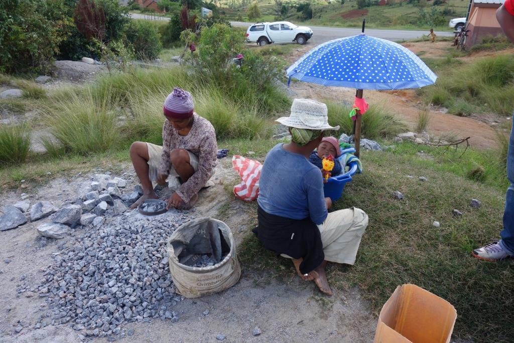 祖母、母、孫の3世代で石を割る家族